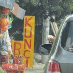 Membuang Sampah Sembarangan Lewat Jendela Mobil